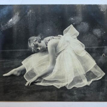 "[Photo 1923, ballet] Foto van balletmeisje met verso ""Zum Andenken an Beatrice Tobias, 8 April (19)23""."