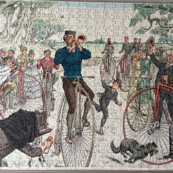 "[Puzzle antique bicycles, 20th century] Legpuzzle 500 stukjes ""Voor fietsplezier binnenshuis"", 40 x 53 cm. With poster of the full illustration. Complete."
